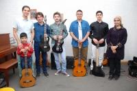 آقای سینا موسوی و تعدادی از هنرجویان گیتار ایشان