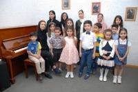 خانم دوست محمدی مدرس پیانو و تعدادی از هنرجویان